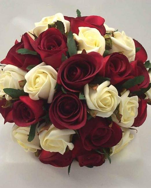 Red and white букет рози - Саксийни цветя Варна Magic Flowers
